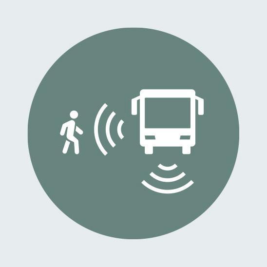 Система помощи при поворотах, выдающая активное предупреждение, с функцией распознавания пешеходов